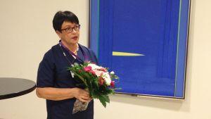 Vuoden syöpäsairaanhoitaja Riitta Hänninen kukitettiin Mikkelin keskussairaalalla.