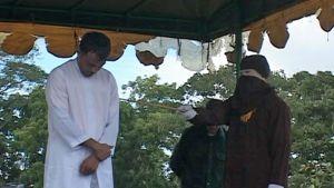 Indonesialaismies kärsii julkisen raipparangaistuksen.