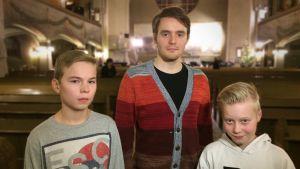 Poikakuorolaiset Lauri Liuko, Johannes Pessi ja Elja Inkeroinen.