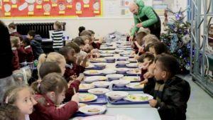 Hitherfieldin koululaiset ruokailemassa.