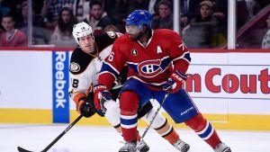 Montreal Canadiensin PK Subban ja Anaheimin Tim Jackman kamppailevat kiekosta.