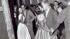 Mustavalkoinen kuva nuorisosta tanssimassa.