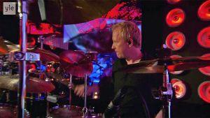 Kalle Torniainen soittaa rumpuja SuomiLOVE-ohjelmassa.