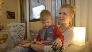 Sanna-Maria Mäkinen ja Rasmus-poika.