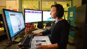 Toimittaja Leena Peltokangas radiostudiossa.