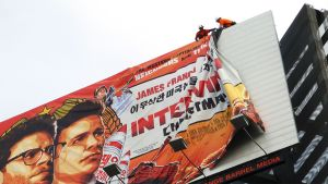 Suurta The Interview -elokuvan mainoslakanaa poistetaan paikaltaan.