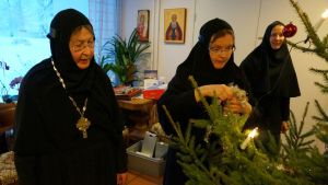Lintulan joulukuusta koristelemassa igumenia Mikaela, äiti Gabriela ja äiti Ksenia