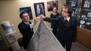 Fysiikan opiskelijat tekivät pyramidin liteistä Liettuan pankin rahamuseossa Vilnassa. Teosta alettiin rakentaa kuukausi ennen euron käyttöönottoa.