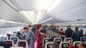 Näkymä Airbus A350 -konetyypin turistiluokan matkustamosta.