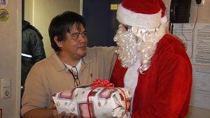 Joulupukki jakaa joululahjoja merimiehille Kemin Ajoksessa.