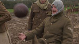 Historioitsijat ovat vahvistaneet, että jalkapalloa todellakin pelattiin vihollisten kesken varmuudella ainakin kahdessa paikassa ensimmäisen maailmansodan rintamalla jouluna 1914.