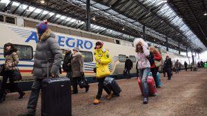 Venäläisiä turisteja rautatieasemalla Helsingissä.