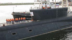 Miehistöä sukellusveneen kannella.