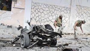 Kuvassa autopommi-iskun jälkiä lähellä Mogadishun lentokenttää.