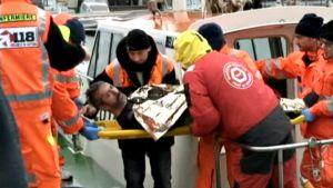 Pelastettuja viedään sairaalaan.