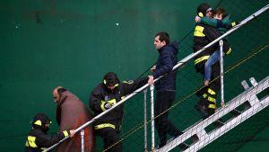 Norman Atlantic -turmalautalta pelastettuja matkustajia Barin satamassa maanantaina.
