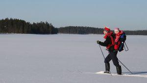 Tietokirjailija Jouni Laaksonen hiihtelemässä Kuhmon Lentualla.