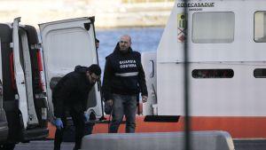 Italian pelastusviranomaiset valmistelivat Norman Atlantic -aluksella surmansa saaneen henkilön kuljetusta Brindisin satamassa 29. joulukuuta 2014.
