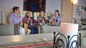 Hoitajia ja vanhuksia vanhainkodissa
