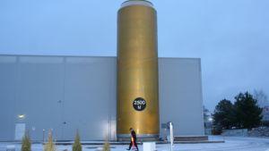 Jättimäistä tölkkiä muistuttava Laitilan Wirvoitusjuomatehtaan vesisäiliö riisuttiin teippauksistaan viikolla 51.