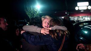 Turmalautalta pelastunut nainen halasi lapsiaan Elefsinan sotilaslentokentällä Ateenassa 29. joulukuuta.