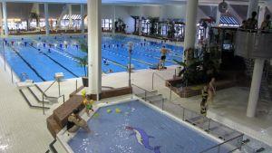 Kuvassa uimahallin lastenallas ja kuntouintiallas