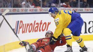 Venäjän Aleksander Dergatshiov ja Ruotsin Lucas Wallmark kamppailevat alle 20-vuotiaiden MM-kisoissa Torontossa.