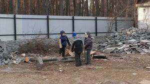 Poikia leikkimässä pakolaiskeskuksen pihalla.
