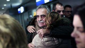 Joukko Norman Atlantic -autolautalta pelastunutta matkustajaa saapui Ateenan lentokentälle 31. joulukuuta.