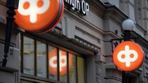Osuuspankin logoja pankin konttorin ulkopuolella Helsingissä 2. tammikuuta 2015.
