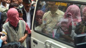 Intian poliisiviranomaiset kuljettivat japanilaisnaisen jatkuvasta joukkoraiskaamisesta epäiltyjä henkilöitä oikeudenkäyntiin Kolkatassa 3. tammikuuta 2015.