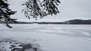 Lohjan Puujärvi kuvattuna Kyrönnokasta sunnuntaina 4. tammikuuta 2015. Kaksi pilkkijää hukkui Puujärvellä Uudellamaalla sunnuntaina. Miehet olivat pilkkimässä kahdestaan Kyrönnokan seudulla entisen Karjalohjan kunnan alueella. Poliisin mukaan järven jäät ovat tällä hetkellä erittäin heikot.