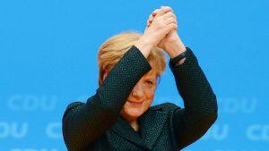 Angela Merkel kiitti yleisöä kristillisdemokraattisen puoleen järjestämässä tapahtumassa Kölnissä, Saksassa, 9. joulukuuta.