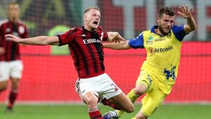 AC Milanin Ignazio Abate (vas.) ja Chievo Veronan Perparim Hetemaj (oik.) tavoittelevat palloa.