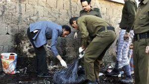 Sotilaat keräsivät todistusaineistoa autopommi-iskun jäljiltä Sanaassa, Jemenissä keskiviikkona.