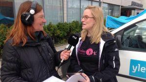 Kymenlaakson Radion Maija Tuunila juttukeikalla Kuulas-lastenteatteritapahtumassa Kuusankoskella