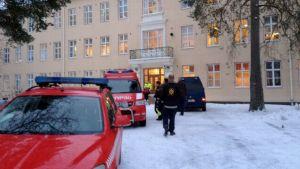 Hälytysajoneuvoja Huutoniemn sairaalan pihamaalla.