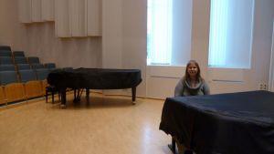 Lappeenranta talent -kilpailun äiti Kirsi Pennanen kisapaikassa Helkiö-salissa.