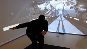 Mäkihyppysimulaattori testissä Lahden hiihtomuseossa.