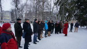 Ihmisiä koolla lumisessa puistossa