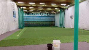 Torion golfhallin puttausalue ja range.