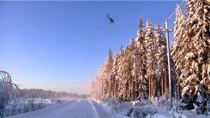 Alajärvellä sahattiin sähkölinjojen lähellä olevien puiden oksia helikopterin avulla 5. tammikuuta.