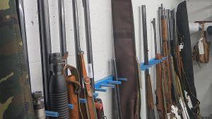 Ampuma-aseita poliisin varastossa.