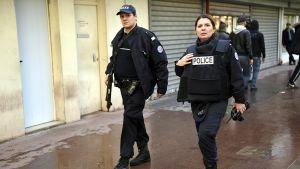Aseistetut poliisit vartioivat juutalaisen ruokakaupan lähettyvillä Saint Mandessa, lähellä Porte de Vincennesin aluetta itäisessä Pariisissa perjantaina 9. tammikuuta.