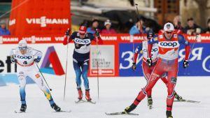 Calle Halfvarsson (vas.), Jevgeni Belov, Martin Johnsrud Sundby ja Petter Northug ovat tiukimmin kiinni miesten Tour de Skin kokonaiskilpailun voitossa.