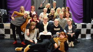 Riihimäen Nuorisoteatterin väkeä ryhmäkuvassa näyttämöllä