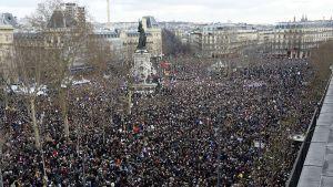 Rauhanmarssille osallistui satojatuhansia Pariisissa sunnuntaina.