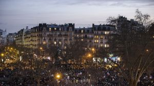 Pariisin rauhanmarssin osallistujia Place de la Nationilla.