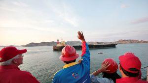 Venezuelan presidentti Nicholas Maduro seuraa öljytankkerin lähtöä Guaraguaon satamasta.