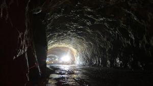 Valoja mustassa tunnelissa.